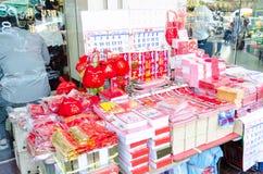 BANGKOK, TAILANDIA - 8 DE FEBRERO DE 2017: Venta del calendario chino Ch Fotografía de archivo
