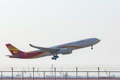 BANGKOK TAILANDIA - 11 DE FEBRERO: llegada plana de la línea aérea de Hong-Kong Fotos de archivo