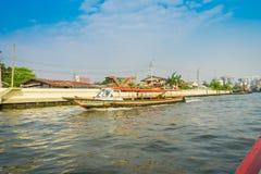 BANGKOK, TAILANDIA - 9 DE FEBRERO DE 2018: Vista al aire libre de la navegación no identificada del hombre en un barco en el cana Imagen de archivo