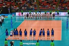 Bangkok, Tailandia - 3 de julio de 2015: Equipo de mujeres del voleibol de Tailandia y de Serbia Fotos de archivo libres de regalías