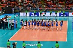 Bangkok, Tailandia - 3 de julio de 2015: Equipo de mujeres del voleibol de Tailandia y de Serbia Foto de archivo libre de regalías