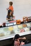Bangkok, Tailandia - 29 de julio de 2017: La muchacha del adolescente elige comprar helado bajo en calorías imagen de archivo libre de regalías