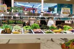 Bangkok, Tailandia - 29 de julio de 2017: La tienda interior de la ensalada, allí es un montón de verduras coloridas foto de archivo libre de regalías