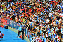 Bangkok, Tailandia - 3 de julio de 2015: Los partidarios tailandeses celebran un punto de Tailandia en el estadio interior Huamar Fotos de archivo libres de regalías