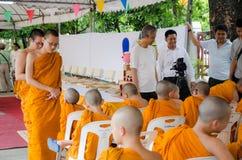 BANGKOK, TAILANDIA - 9 DE JULIO DE 2014: Monjes desconocidos en perno prisionero del budismo Fotografía de archivo