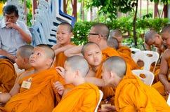 BANGKOK, TAILANDIA - 9 DE JULIO DE 2014: Monjes jovenes desconocidos del novato adentro Imagenes de archivo