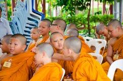 BANGKOK, TAILANDIA - 9 DE JULIO DE 2014: Monjes jovenes desconocidos del novato adentro Fotografía de archivo libre de regalías