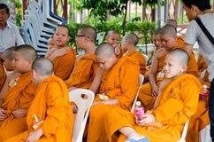 BANGKOK, TAILANDIA - 9 DE JULIO DE 2014: Monjes jovenes desconocidos del novato adentro Fotos de archivo libres de regalías