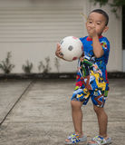 BANGKOK, TAILANDIA - 20 de julio de 2015: Muchacho tailandés en la camisa franco de Ben 10 Fotos de archivo libres de regalías