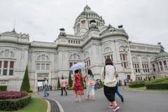 BANGKOK, TAILANDIA - 21 de julio de 2015: Muchedumbre de turistas en el Anant Foto de archivo libre de regalías
