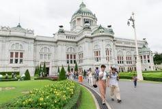 BANGKOK, TAILANDIA - 21 de julio de 2015: Muchedumbre de turistas en el Anant Fotografía de archivo libre de regalías