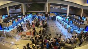 Bangkok, Tailandia - 17 de julio de 2018: El lapso de tiempo de pasajeros no identificados llega los contadores de enregistramien metrajes