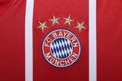 BANGKOK, TAILANDIA - 13 DE JULIO: El logotipo de Bayern Munich en Footb Fotografía de archivo libre de regalías