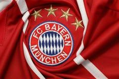 BANGKOK, TAILANDIA - 13 DE JULIO: El logotipo de Bayern Munich en Footb Fotos de archivo