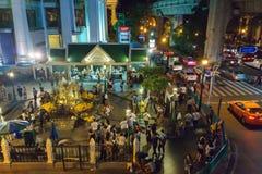 Bangkok, Tailandia 17 de julio, J2014: la capilla de Erawan en la intersección de Ratchaprasong en la noche Imágenes de archivo libres de regalías