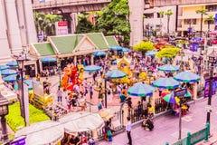 Bangkok, Tailandia - 11 de julio de 2017: La gente está pagando el respecto a la capilla de Erawan, Bangkok, Tailandia Fotografía de archivo