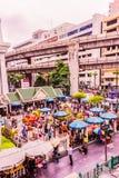 Bangkok, Tailandia - 11 de julio de 2017: La gente está pagando el respecto a la capilla de Erawan, Bangkok, Tailandia Imagen de archivo libre de regalías