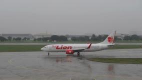 Bangkok, Tailandia - 17 de julio de 2018: Lion Air Boeing tailandés 737-800 que lleva en taxi en pista en Don Muang Airport almacen de video
