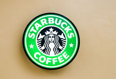 Bangkok, Tailandia 11 de julio: Logotipo de Starbuck en la pared el 11 de julio de 2014 en el círculo Rajapruek, Bangkok, Tailand imagenes de archivo