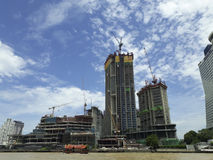 BANGKOK, TAILANDIA - 13 de junio de 2017: Barcos y edificios en el Ch Fotografía de archivo