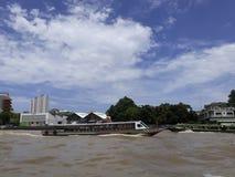 BANGKOK, TAILANDIA - 13 de junio de 2017: Barcos y edificios en el Ch Foto de archivo libre de regalías