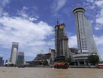 BANGKOK, TAILANDIA - 13 de junio de 2017: Barcos y edificios en el Ch Fotos de archivo