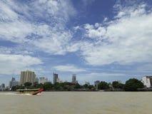 BANGKOK, TAILANDIA - 13 de junio de 2017: Barcos y edificios en el Ch Fotografía de archivo libre de regalías