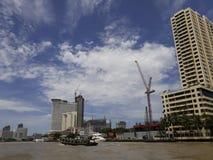 BANGKOK, TAILANDIA - 13 de junio de 2017: Barcos y edificios en el Ch Imagen de archivo libre de regalías
