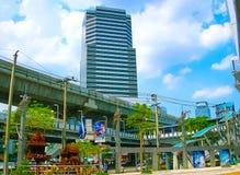 Bangkok, Tailandia - 30 de junio de 2008: El tráfico en el empalme cerca de la alameda de compras de MBK Fotografía de archivo libre de regalías