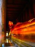 Bangkok, Tailandia - 30 de junio de 2008: Estatua de descanso del oro de Buda en el templo de Wat Pho Fotos de archivo libres de regalías