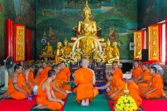 Bangkok, Tailandia - 3 de junio de 2017: Monjes tailandeses en la ordenación c Imagen de archivo libre de regalías
