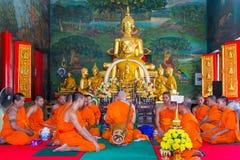 Bangkok, Tailandia - 3 de junio de 2017: Monjes tailandeses en la ordenación c Foto de archivo libre de regalías