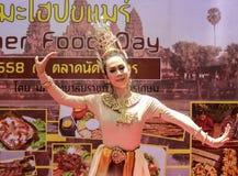 BANGKOK TAILANDIA - 13 DE JUNIO: Demostración de Srivichai (danza tailandesa) en Kamia Foto de archivo
