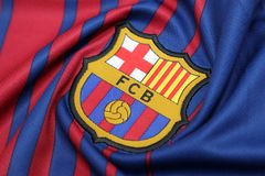 BANGKOK, TAILANDIA - 26 DE JUNIO: : el logotipo del cl del fútbol de Barcelona Imágenes de archivo libres de regalías