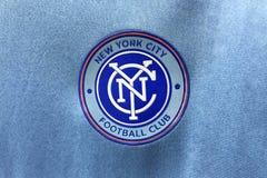 BANGKOK, TAILANDIA - 26 DE JUNIO: El logotipo del fútbol C de New York City Fotografía de archivo libre de regalías