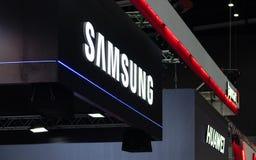 Bangkok, Tailandia - 2 de junio de 2019: El logotipo de Samsung y de Huawei en el Thailand Mobile Expo 2019, Samsung y Huawei ha  imagenes de archivo