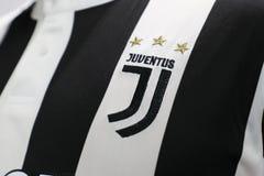 BANGKOK, TAILANDIA - 26 DE JUNIO: El nuevo logotipo del cl del fútbol de Juventus Foto de archivo