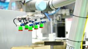 Bangkok, Tailandia 14 de junio de 2018: El robot universal simula el producto de la selección y de la goma adentro para encajonar almacen de metraje de vídeo
