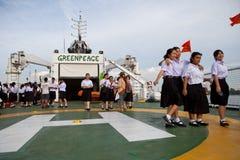 BANGKOK TAILANDIA 27 de junio: Estudiante joven no identificado que camina en la nave de Esperanza del organi ambiental internacio Imágenes de archivo libres de regalías