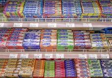 BANGKOK, TAILANDIA - 2 DE JUNIO: Mentos, los caramelos Hola-mastica y de Sugus almacenados completamente en los estantes del supe imagen de archivo