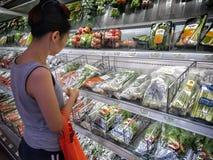 BANGKOK, TAILANDIA - 9 DE JUNIO: Tiendas femeninas no identificadas del cliente imágenes de archivo libres de regalías