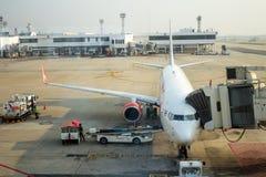 BANGKOK, TAILANDIA - 11 DE MARZO DE 2016: Aeroplano del parque tailandés de Lion Air en el pasajero que espera del terminal para  Fotos de archivo