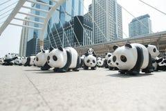 Bangkok, Tailandia - 8 de marzo de 2016: campo de 1600 del papel pandas de Mache Imagen de archivo libre de regalías