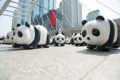 Bangkok, Tailandia - 8 de marzo de 2016: campo de 1600 del papel pandas de Mache Imagenes de archivo