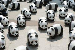 Bangkok, Tailandia - 8 de marzo de 2016: campo de 1600 del papel pandas de Mache Fotos de archivo