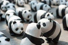 Bangkok, Tailandia - 8 de marzo de 2016: campo de 1600 del papel pandas de Mache Foto de archivo