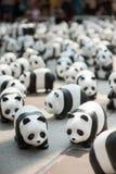 Bangkok, Tailandia - 8 de marzo de 2016: campo de 1600 del papel pandas de Mache Fotografía de archivo libre de regalías