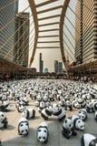 Bangkok, Tailandia - 8 de marzo de 2016: campo de 1600 del papel pandas de Mache Fotos de archivo libres de regalías