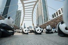 Bangkok, Tailandia - 8 de marzo de 2016: campo de 1600 del papel pandas de Mache Foto de archivo libre de regalías