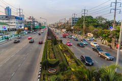 Bangkok, Tailandia - 14 de marzo de 2017: Circulación en el Rama 3 R imagen de archivo